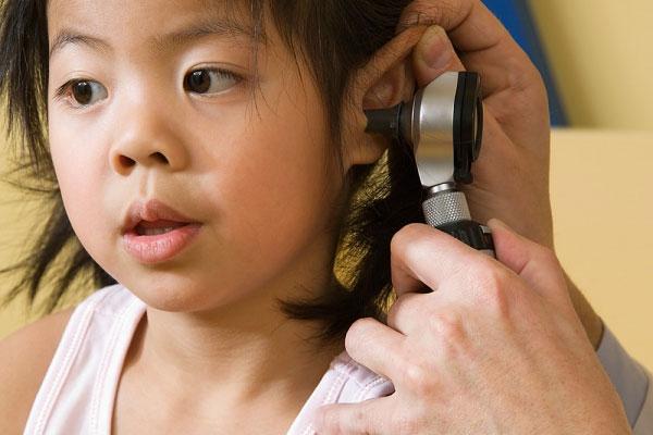Điều trị viêm tai giữa ứ dịch ở trẻ
