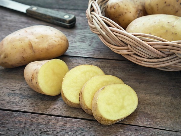 Người bệnh uống nước khoai tây