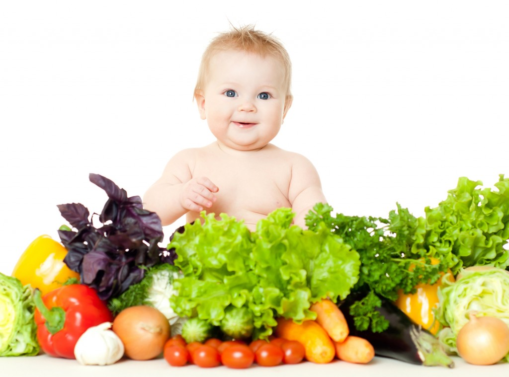 Cho trẻ ăn nhiều rau xanh để điều trị táo bón