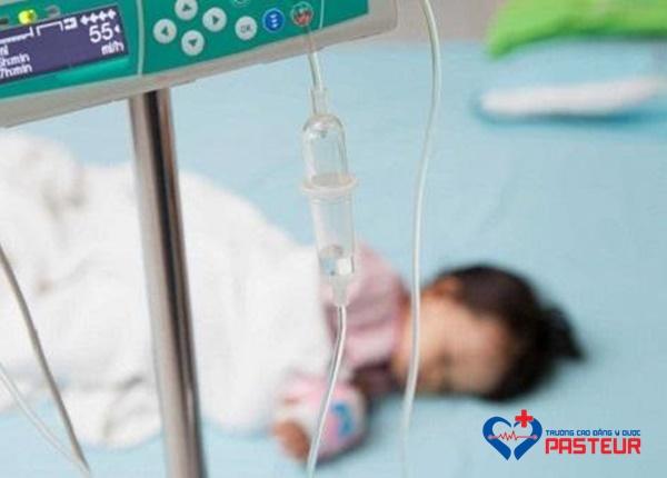 Trẻ viêm tiểu phế quản có phải nằm viện không?